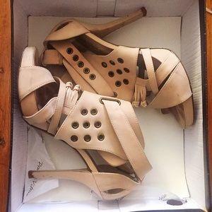 Pour La Victoire beige leather platform heels